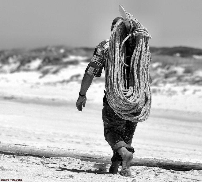 o homem, o bordão e o rolo: a areia queima