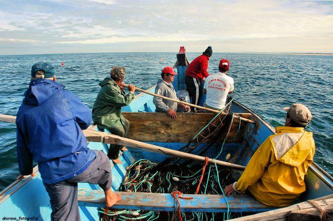 já a manga de mão da barca corre para o mar