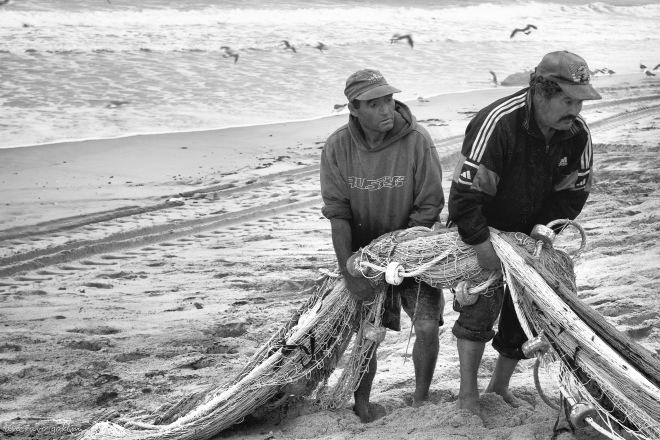 o luciano e o trovão carregam uma manga chegada do mar